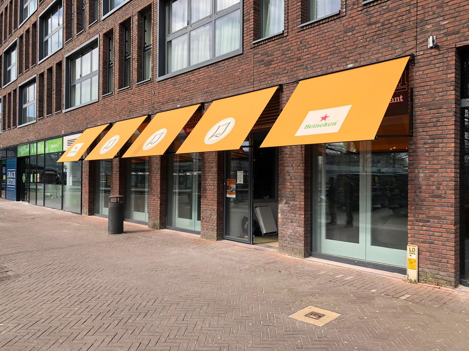Maatwerk uitvalschermen met bedrukking bij Le Journal bij Van Ewijk Zonwering in Lelystad, Dronten, Swifterbant, Almere en Biddinghuizen
