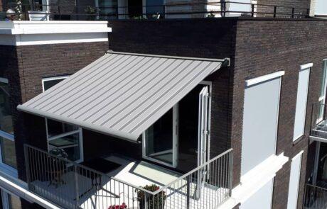 Knikarmschermen balkon op maat bij Van Ewijk Zonwering in Lelystad Dronten Swifterbant en Almere 02