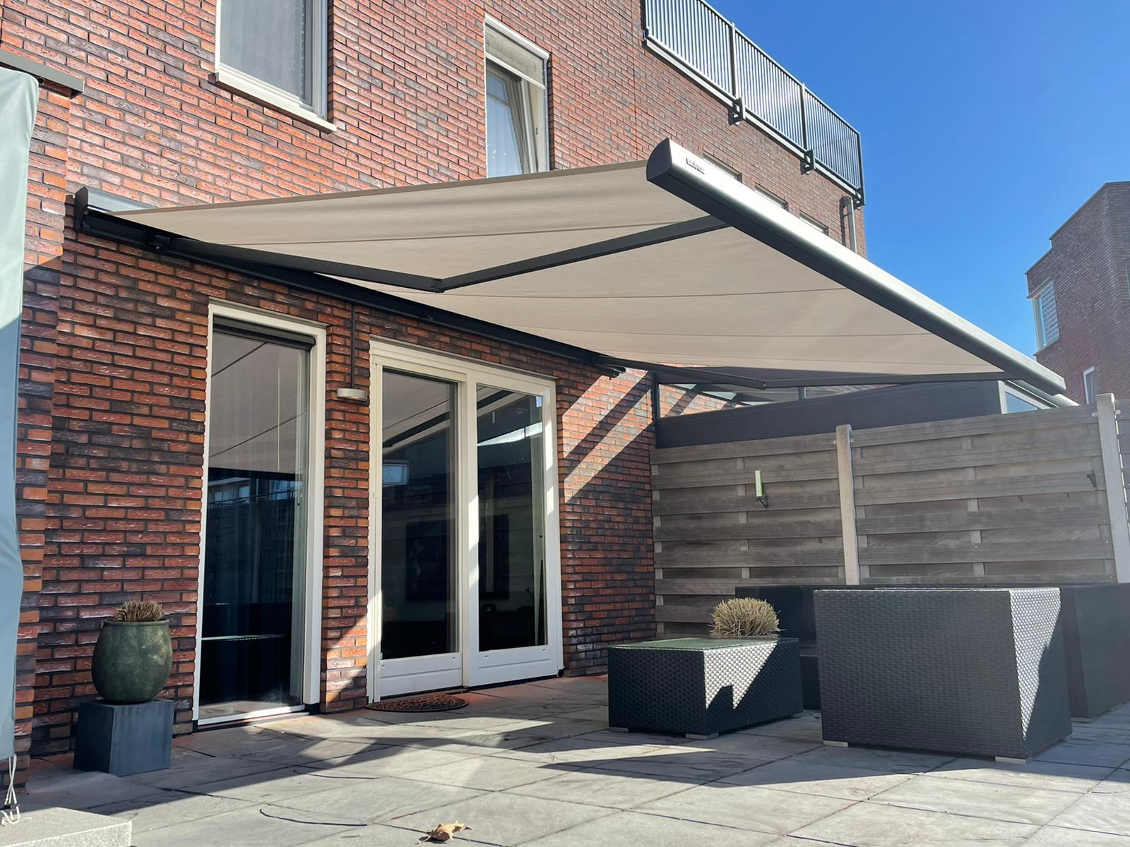 Knikarmschermen op maat bij Van Ewijk Zonwering in Lelystad Dronten Swifterbant en Almere 011