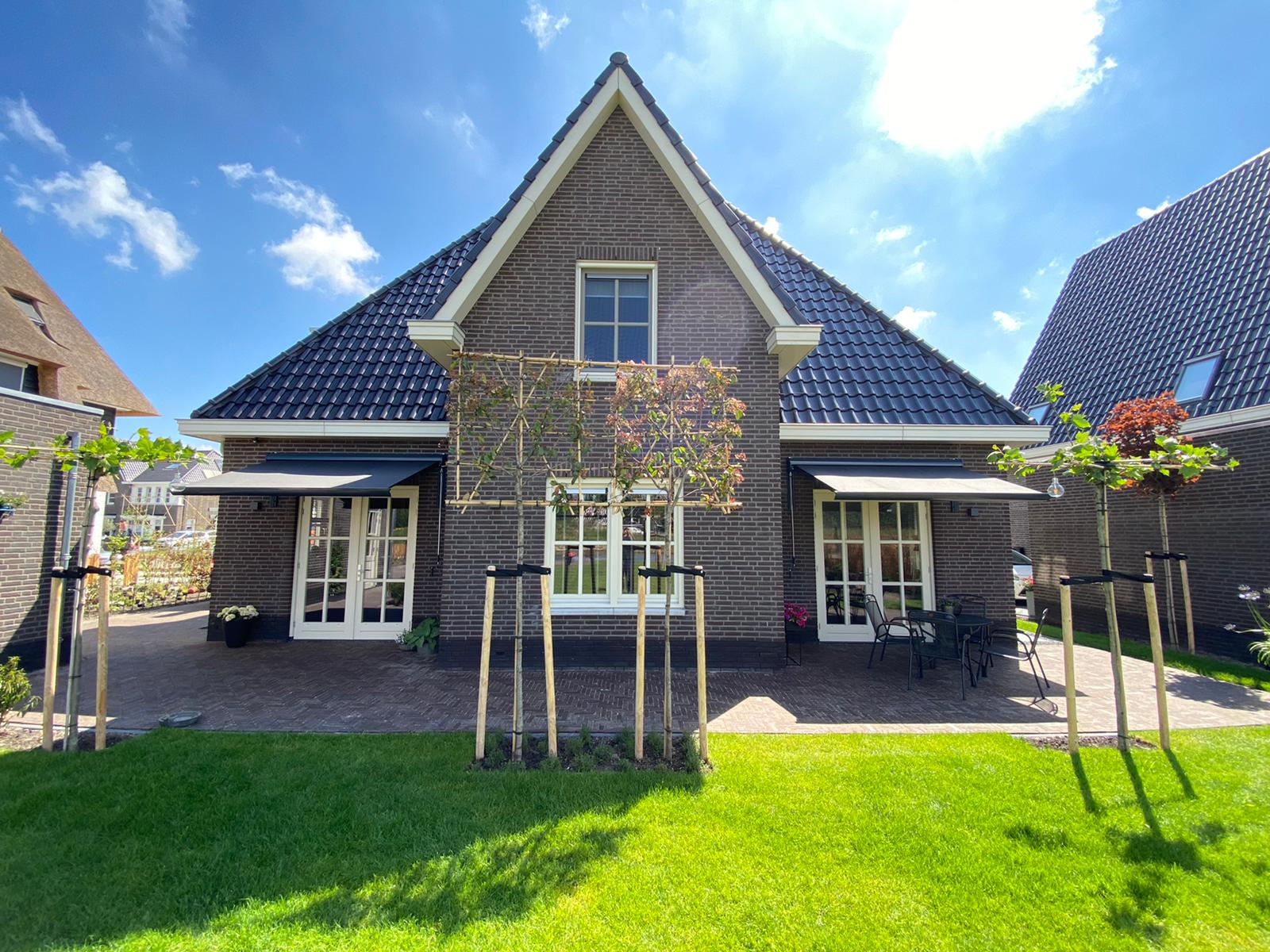 Knikarmschermen op maat bij Van Ewijk Zonwering in Lelystad Dronten Swifterbant en Almere 06