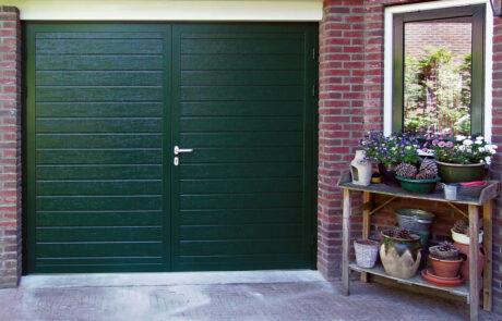 Openslaande garagedeuren op maat bij Van Ewijk Zonwering in Lelystad Dronten Swifterbant en Almere 1