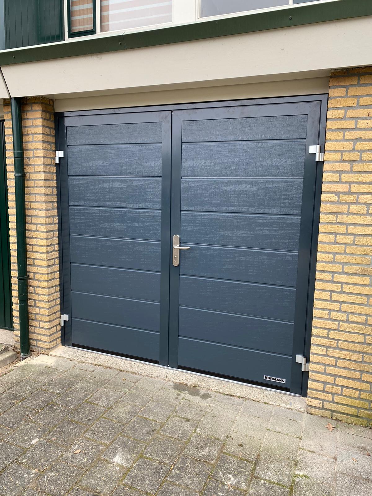 Openslaande garagedeuren op maat bij Van Ewijk Zonwering in Lelystad Dronten Swifterbant en Almere 13