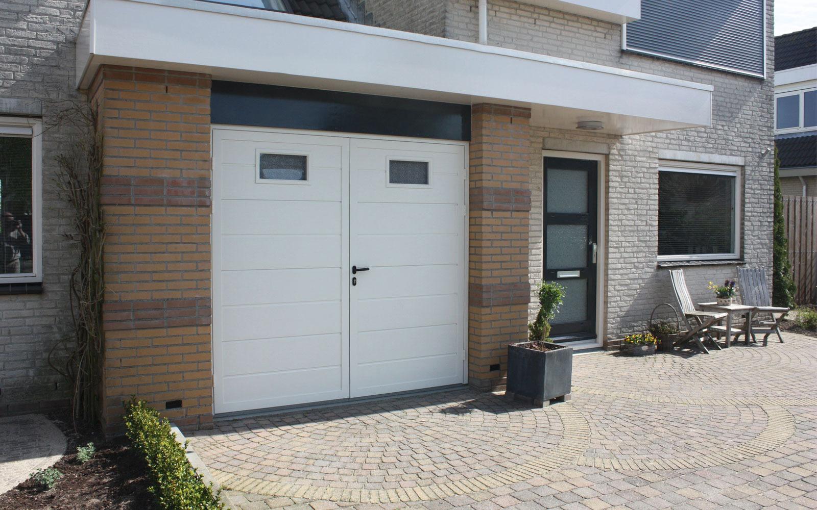 Openslaande garagedeuren op maat bij Van Ewijk Zonwering in Lelystad Dronten Swifterbant en Almere 2