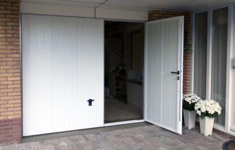 Openslaande garagedeuren op maat bij Van Ewijk Zonwering in Lelystad Dronten Swifterbant en Almere 3
