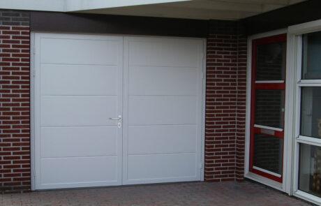Openslaande garagedeuren op maat bij Van Ewijk Zonwering in Lelystad Dronten Swifterbant en Almere